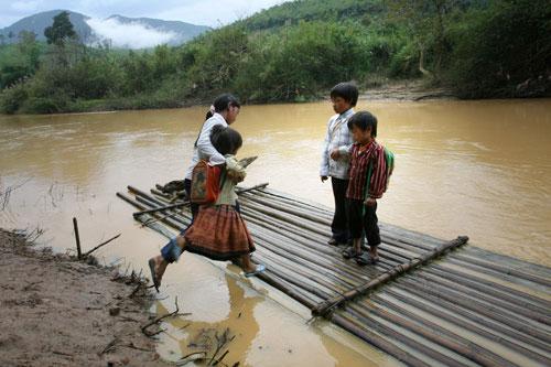 trẻ em vùng cao đi học