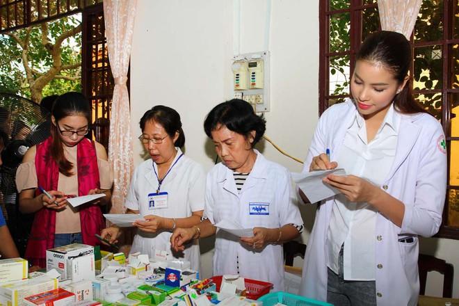 Hoa hậu Phạm Hương làm từ thiện
