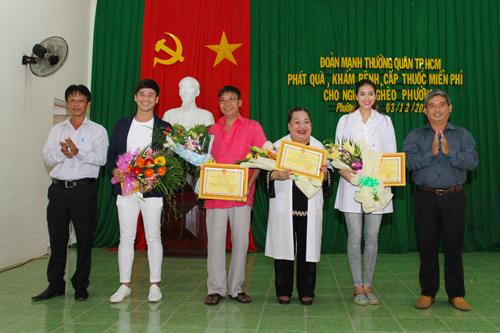 Phạm Hương làm từ thiện